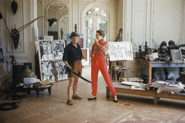 Pablo Picasso en su casa La California, con Bettina Graziani, 1955.
