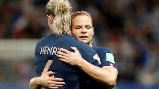 La capitaine française Amandine Henry et la buteuse Eugénie Le Sommer, lors de France-Norvège, en 2019.