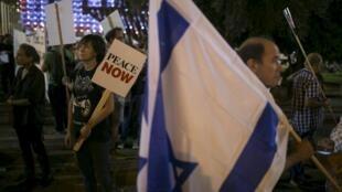 Milhares de pessoas participaram de manifestação em Tel Aviv neste sábado (24) para pedir a paz entre israelenses e palestinos.