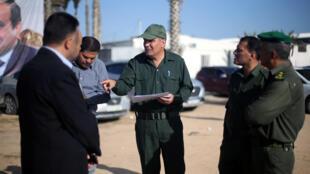 Des représentants de l'Autorité palestinienne à Rafah, poste frontière avec l'Egypte, dans le sud de la bande de Gaza, le 1er novembre 2017.
