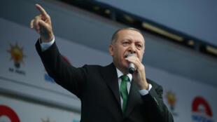 Президент Турции Реджеп Тайип Эрдоган пообещал отменить действие режима ЧП в стране в случае своего переизбрания