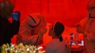 Mulher se submete a teste para saber se é portadora da Covid-19, em Wuhan (19/05/20).