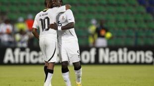 Wachezaji wa timu ya taifa ya Ghana André Ayew na John Mensah wakipongezana