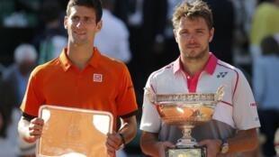 Stanislas Wavrinka (P) và Novak Djokovic, Roland-Garros, Pháp 2015