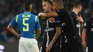 Les attaquants du PSG, Neymar (à gauche) et Kylian Mbappé, face à Naples, en Ligue des champions, le 6 novembre 2018.
