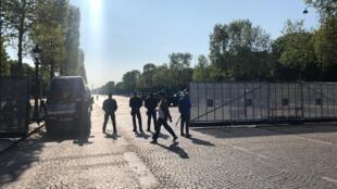 Important dispositif de sécurité autour des Champs Elysées à Paris en prévision du rassemblement des gilets jaunes le 20 avril 2019