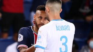 Le défenseur marseillais Alvaro Gonzalez et la star du PSG Neymar se toisent d regard, lors du classique disputé au Parc de Princes, le 13 septembre 2020