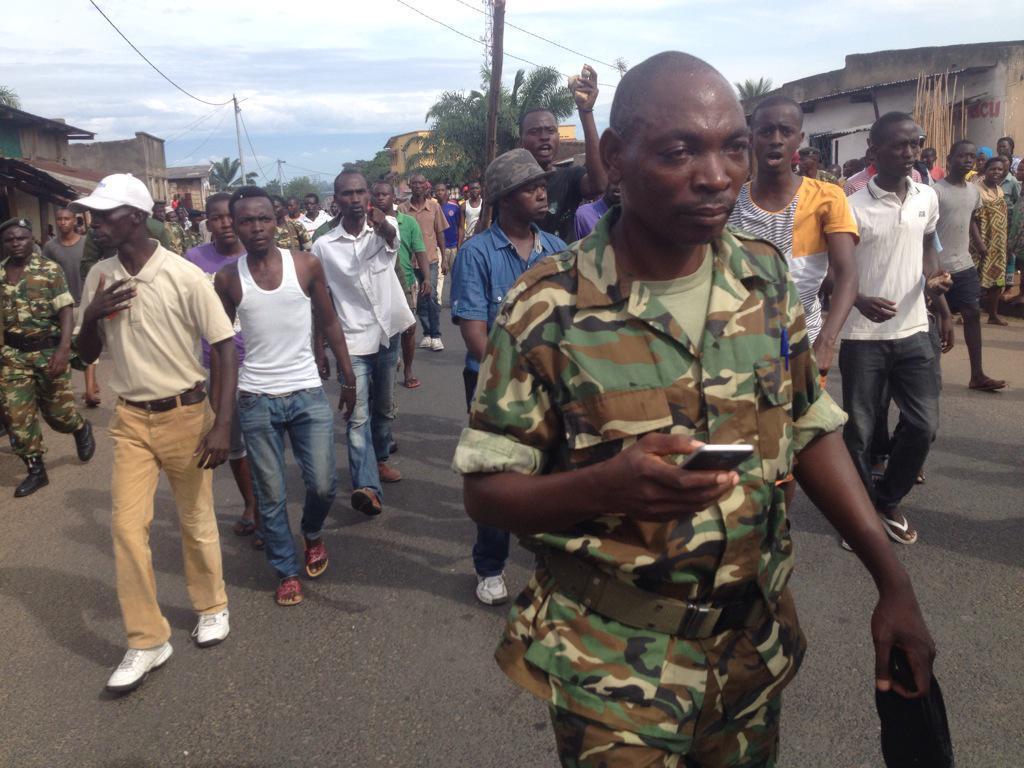 Au Burundi, la foule chasse les militaires accusés de pas avoir protégé les manifestants contre les imbonerakure et les policiers, le 7 mai 2015.