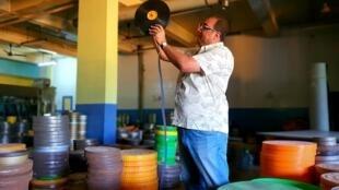 Le président de l'ONG Film Heritage Foundation, Shivendra Singh, inspecte une bobine abîmée dans un ancien laboratoire à Hyderabad.