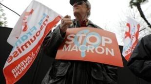 """Manifestante com um cartaz que diz """"Stop Macron"""" durante protesto contra projeto de reforma das aposentadorias em Nice."""