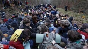 Plusieurs centaines de personnes occupaient, sous les yeux des policiers, une portion de voie ferrée entre Lüneburg et Dannenberg dans une ambiance bon enfant, le 26 novembre 2011.