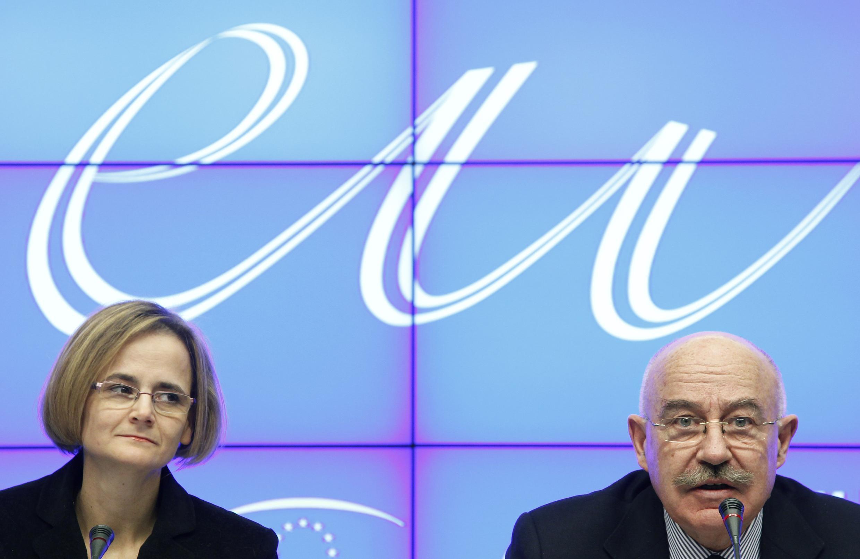 Em Bruxelas, os ministros húngaros Janos Martonyi (dir.), das Relações Exteriores, e Eniko Gyori (esq.), de Assuntos Europeus, divulgam o programa da presidência rotativa da Hungria na União Europeia.