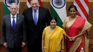 Ngoại trưởng Mỹ Mike Pompeo và bộ trưởng Quốc Phòng James Mattis (T) chụp ảnh chung với ngoại trưởng Ấn Độ Sushma Swaraj và bộ trưởng Quốc Phòng Nirmala Sitharaman sau buổi họp báo tại New Delhi, ngày 06/09/2018.