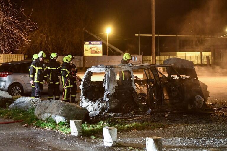 Всего с начала беспорядков в Гренобле сгорело около 80 автомобилей