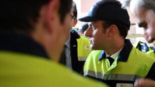 Emmanuel Macron wakati akizuru majengo ya kampuni ya VOA Albi, baada ya duru ya kwanza na kabla ya duru ya pili ya uchaguzi nchini Ufaransa tarehe 4 Mei