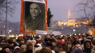 Cartaz com a foto do premiê húngaro Viktor Orban é empunhado por multidão durante protestos contra o governo em Budapeste, em foto do dia 23 de dezembro de 2011.