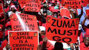 Des milliers de manifestants ont défilé mercredi 27 septembre pour dénoncer la corruption et demander la démission du président Zuma, comme ici à Johannesburg.