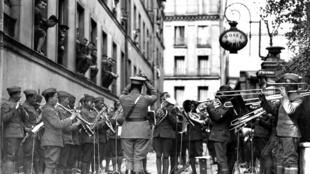 Dàn nhạc của trung đoàn bộ binh Mỹ 369, mang tên Harlem Hellfighters, trình diễn nhạc jazz trên đường phố tại Paris. Ảnh chụp năm 1918.
