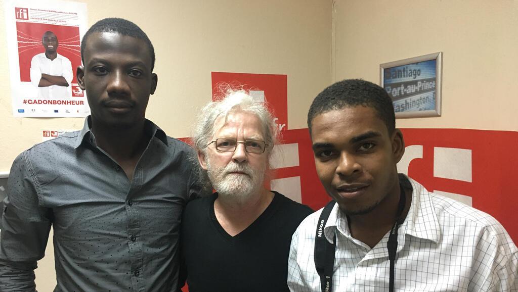 Au milieu, Jean-Marie Tremblay, accompagné de deux bénévoles haïtiens des Classiques des Sciences Sociales.