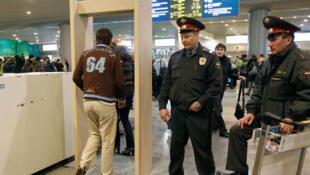 Portail détecteur de métaux à l'aéroport international Domodedovo de Moscou en Russie, le 25 janvier 2011.