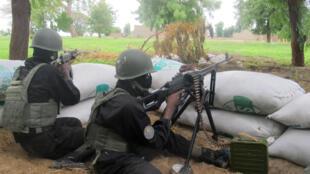 Des soldats camerounais, le 17 juin 2014, surveillent leur position dans la ville-frontière d'Amchidé, à l'extrême nord du pays, une ville soumise aux exactions du mouvement islamiste Boko Haram.