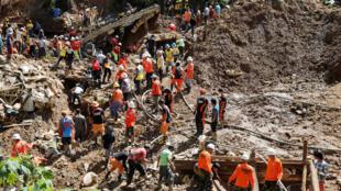 Equipes de resgate trabalham em Itogon, ilha de Luzon, após deslizamento de terra causado pelo tufão Mangkhut. 18/09/18