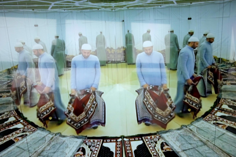 Vue de la vidéo « Reversed symmetry » de l'artiste saoudien Rashed Alshahsai, exposée dans « Route de l'encense ».