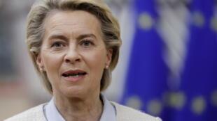 La presidenta de la Comisión Europea, Ursula von der Leyen, llega a una cumbre de la UE cara a cara en Bruselas, el 24 de mayo de 2021.