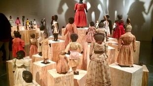 Une partie de l'exposition «Black Dolls», à la Maison rouge à Paris.