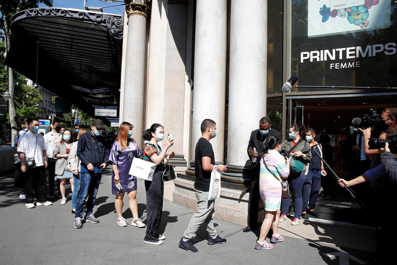 Ảnh minh họa: Người Paris sắp hàng chờ vào cửa hàng nổi tiếng Printemps tại thủ đô Pháp ngày 28/05/2020 vào lúc dịch Covid đang hoành hành.