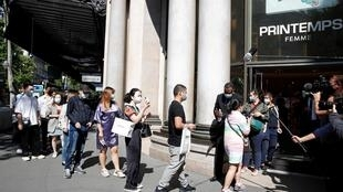 巴黎人在首都一家著名百货商店的前面排队。 2020年5月28日。