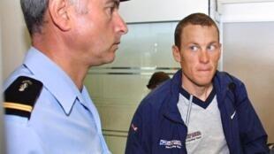 L'Américain Lance Armstrong (d.).