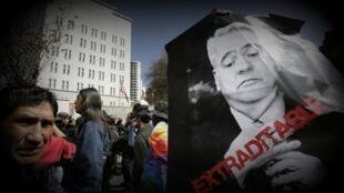 """Pancarta con la imágen del expresidente Sánchez de Losada y la palabra """"extraditable"""""""