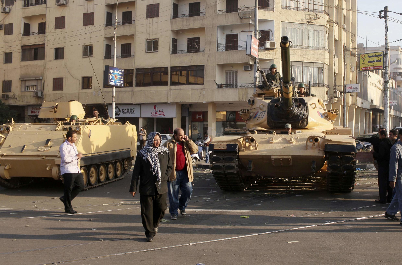 Сторонники Братьев-мусульман возле танков, дислоцированных вблизи президентского дворца в Каире 06/12/2012