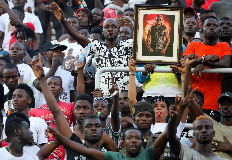 Dans la tribune du stade Houphouët-Boigny d'Abidjan, les «Chinois» sont rassemblés pour une dernière cérémonie en l'hommage de DJ Arafat.
