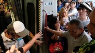 Những người biểu tình phong tỏa một xe lửa của hệ thống MTR ở Hồng Kông ngày 30/07/2019.
