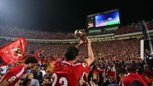 L'Egyptien Mohamed Nagib (Al Ahly) soulevant le trophée de la Coupe de la Confédération 2014.
