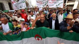 Les Algériens se sont à nouveau massivement mobilisés pour un 16e vendredi consécutif, le premier depuis l'annulation de la présidentielle, à Alger, le 7 juin 2019.