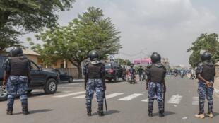 Des policiers togolais surveillent une manifestation à Lomé, le 20 janvier 2018.