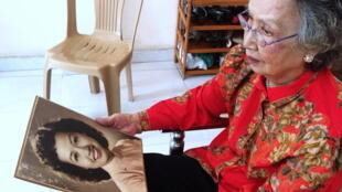 Trinh Thi Ngo, aussi appelée «Hanoï Hannah», tenant un portrait d'elle au moment de la Guerre du Vietnam, le 10 septembre 2016.