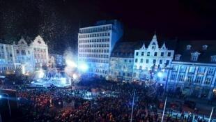 Quelque 1500 danseurs, jongleurs, acrobates et musiciens polonais se sont retrouvés à Wroclaw pour une fête européenne futuriste.