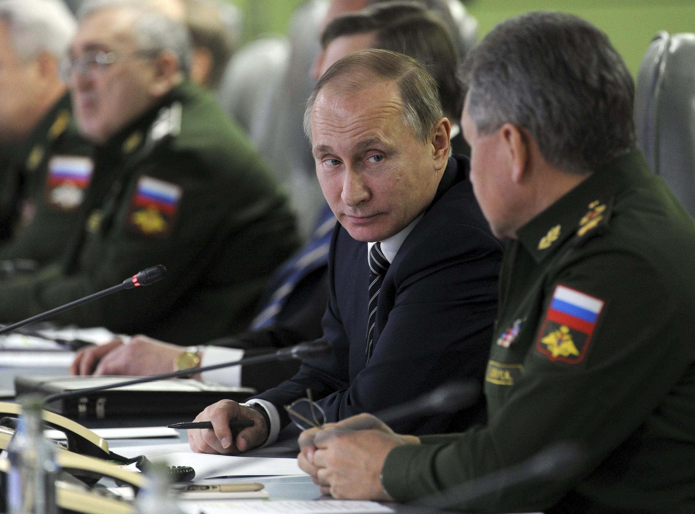 Tổng thống Nga Vladimir Putin và bộ trưởng Quốc Phòng Sergueï Choïgou trong cuộc họp Hội Đồng An Ninh Quốc Gia ngày 11/03/2016.