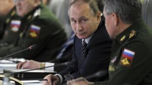 ប្រធានាធិបតីរុស្ស៊ី  Vladimir Poutine អមដោយរដ្ឋមន្ត្រីក្រសួងការពារជាតិរុស្ស៊ី Sergueï Choïgou ថ្ងៃ១១មីនា២០១៦នៅក្រុមប្រឹក្សាសន្តិសុខជាតិរុស្ស៊ីនៅMoscou.