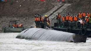 Các toán cứu hộ vẫn nỗ lực tìm kiếm người sống sót trong xác tàu du lịch Đông phương Chi tinh ngày 03/06/2015..
