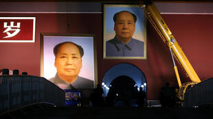 中國國慶前夕,更換天安門城牆的毛澤東畫像。