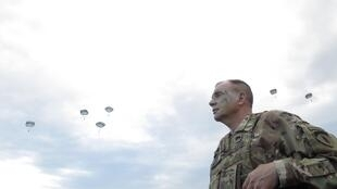 Le général Ben Hodges, commandant général de l'US Army en Europe après un exercice aéroporté de l'OTAN sur la base de Bezmer en Bulgarie.