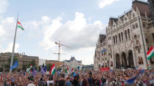 Manifestantes na praça do Parlamento húngaro protestam contra o governo do primeiro-ministro Viktor Orban (8 de maio))