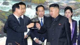 Kim Jong Un (phải) và Vương Gia Thụy (trái), trưởng ban quốc tế Đảng Cộng sản Trung Quốc gặp gỡ tại Bình Nhưỡng ngày 02/08/2012.