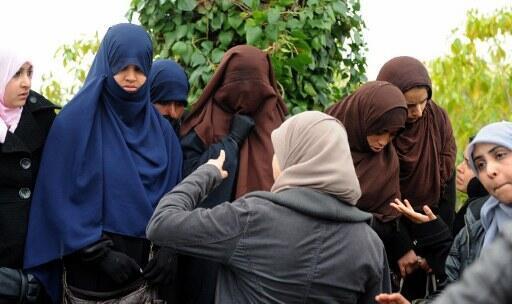 Des étudiantes portant le niqab devant l'université de la Manouba près de Tunis, le 7 mars 2012