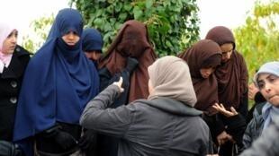Des étudiantes portant le niqab devant l'université Manuba de Tunis. Photo datée du 7 mars 2012.